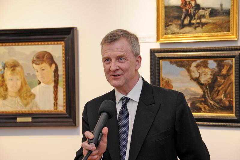 Piotr Piniński (prezes Fundacji Lanckorońskich) przemawia na otwarciu wystawy w dniu 8 kwietnia 2014 r. W tle widać obraz Jacka Malczewskiego z 1905 r. przedstawiający Adeljdę i Karolinę hr. Lanckorońskie (zob. historia)