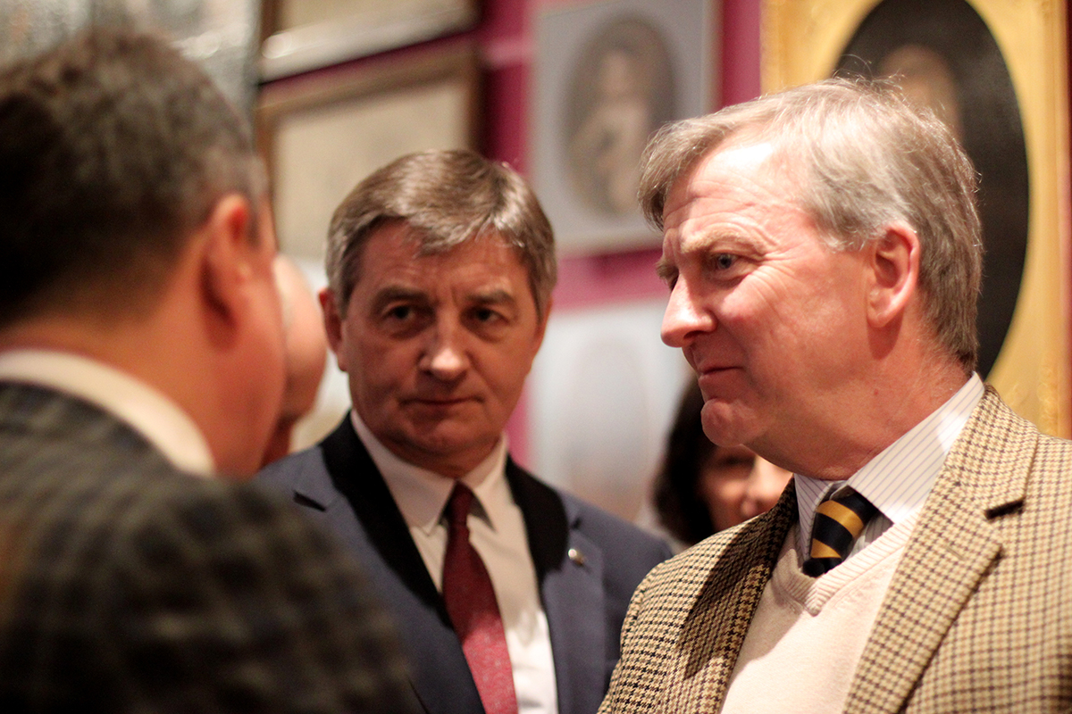 Piotr Piniński in conversation with Roman Chmelyk, director of the Historical Museum of Lwów (left) and Marek Kuchciński, marshal of the Polish House of Deputies (centre).
