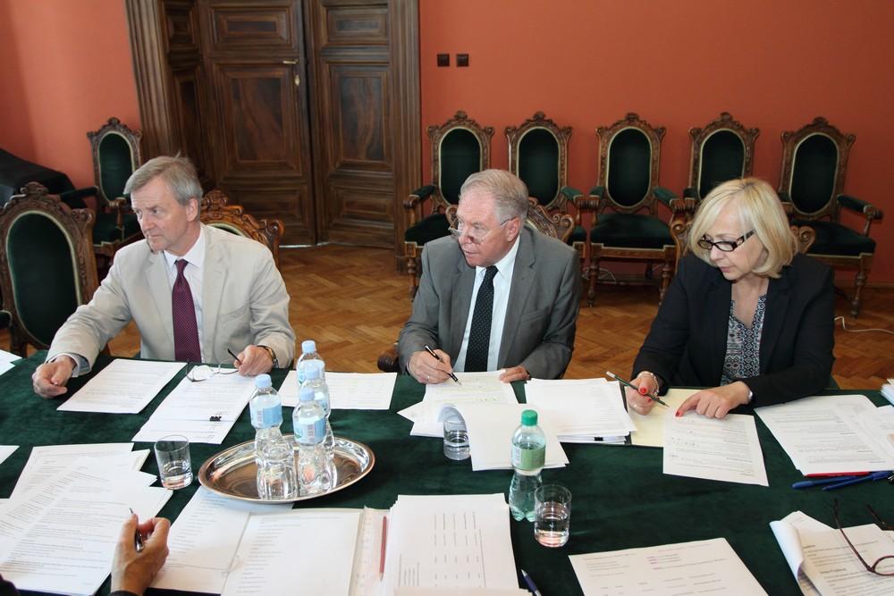 (od lewej) Piotr Piniński (prezes Fundacji Lanckorońskich), profesor Andrzej Borowski (wiceprezes Polskiej Akademii Umiejętności) oraz Katarzyna Dzięgło (sekretarz komisji).