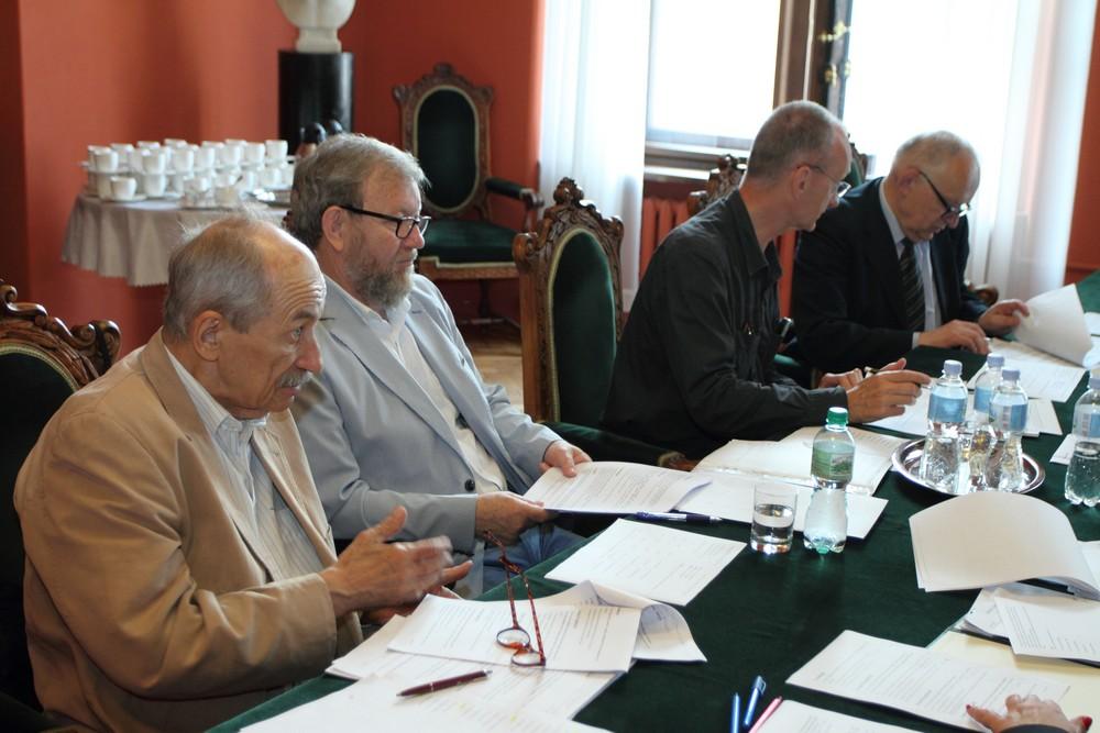 (od lewej) Profesorowie Adam Małkiewicz (Polska Akademia Umiejętności), Janusz Tandecki (Uniwersytet Mikołaja Kopernika w Toruniu), Kazimierz Lewartowski (Uniwersytet Warszawski) i Maciej Salamon (Uniwersytet Jagielloński).