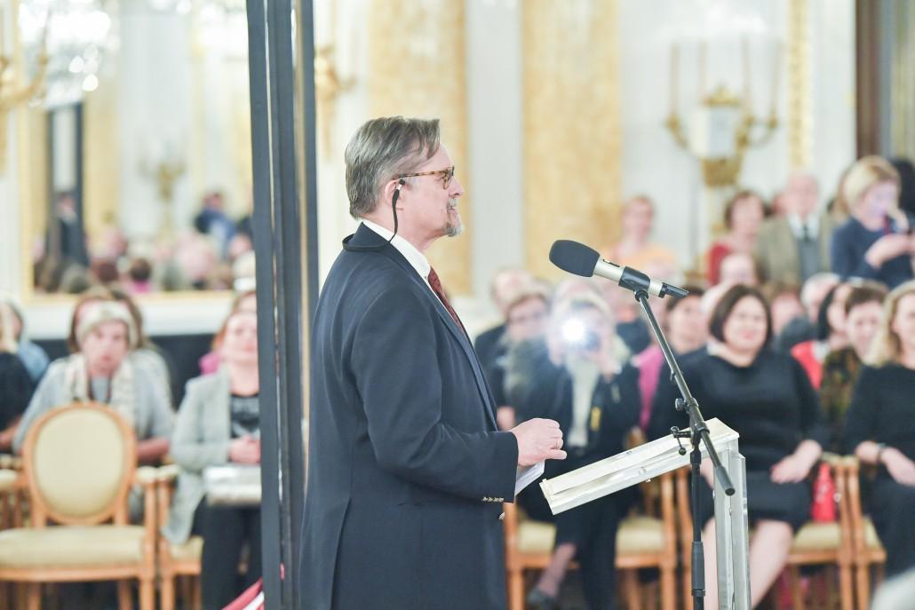 """Jakub Borawski, członek Rady Fundacji Lanckorońskich, przemawia podczas wernisażu wystawy """"36 x Rembrandt"""""""